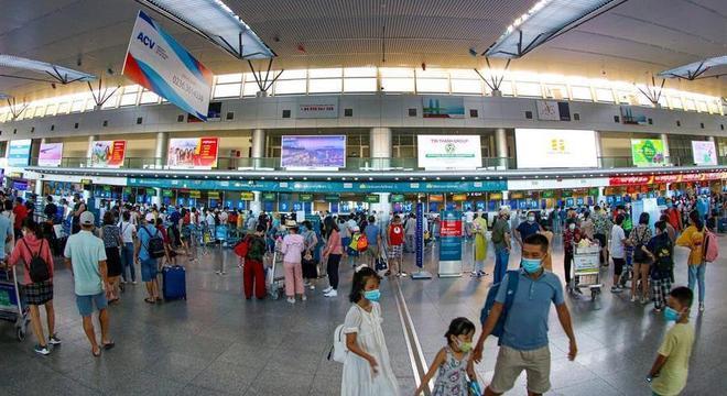 Turistas aguardam voos para sair de Da Nang após governo anunciar evacuação
