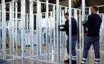 Trabalhadores e ajudantes voluntários criaram um centro de tratamento médico para pacientes com coronavírus em um mercado em Hillesheim, Alemanha