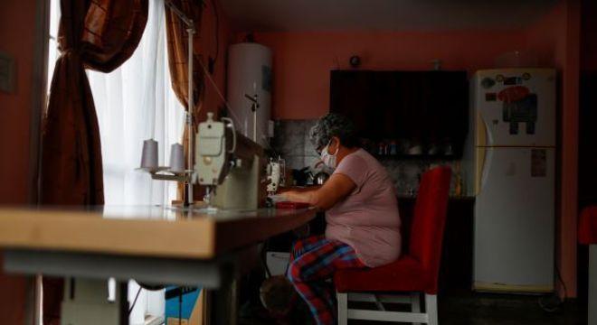 Prefeitura de SP procura entidades sociais para costurar 1 milhão de máscaras