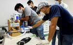 Voluntários trabalham na fabricação de ventiladores para uso durante o surto de doença de coronavírus em Santa Cruz, Bolívia