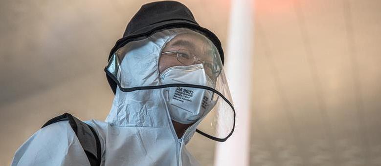 Cidadão chinês usando roupa protetora: país soube conter avanço do vírus