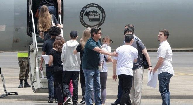 Brasileiros que estavam cumprindo quarentena deixam a Base Aérea de Anápolis