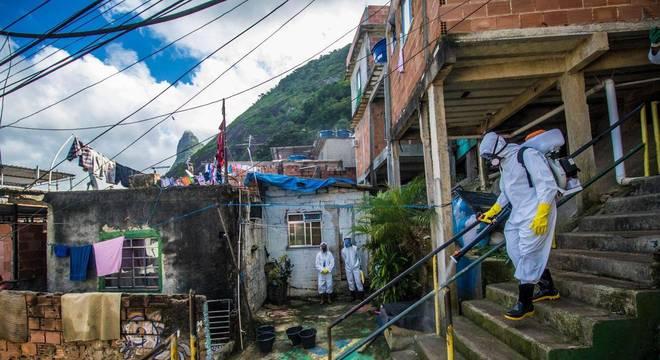 Moradores do Morro do Santa Marta, em Botafogo, fazem mutirão de higienização