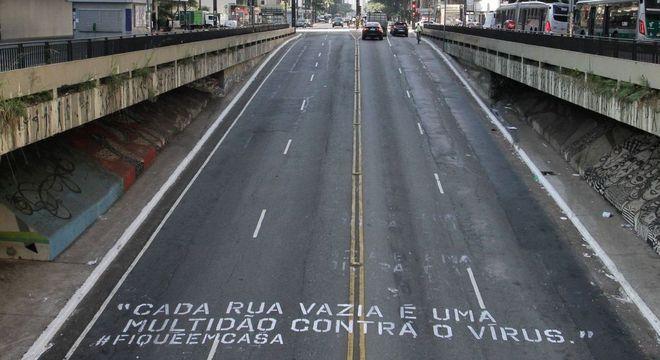 Intervenção artística com frase de conscientização na Avenida Paulista