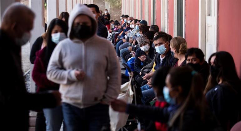 Campanha de vacinação já atingiu 80% do público adulto, segundo o governo chileno