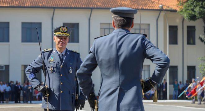 Coronel Salles em cerimônia de passagem do comando