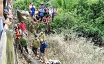 A equipe de resgate usou um frango como isca para atrair o crocodilo. Quatro dias depois, acabou preso na armadilha
