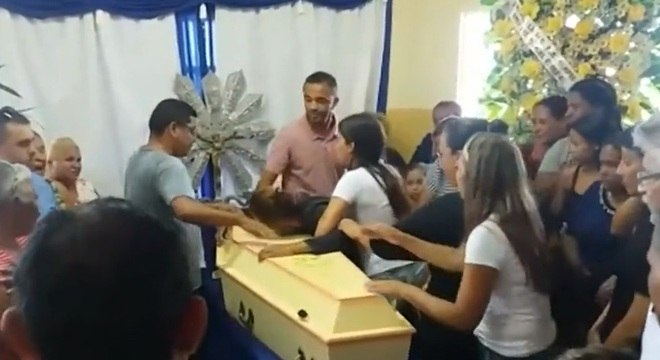Sob comoção na cidade, corpo de Emanuelle foi enterrado na cidade de Chavantes
