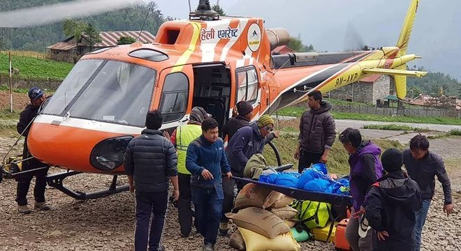 Corpo de um alpinista japonês é retirado de acampamento no Everest; restos mortais de pessoas que morreram há algum tempo estão aparecendo com maior frequência, segundo associações locais