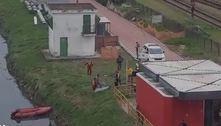 Bombeiros de São Paulo retiram corpo encontrado no rio Pinheiros