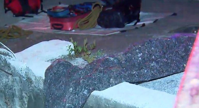 Corpo de homem encontrado dentro de saco é retirado do rio Tamanduateí, no centro de SP