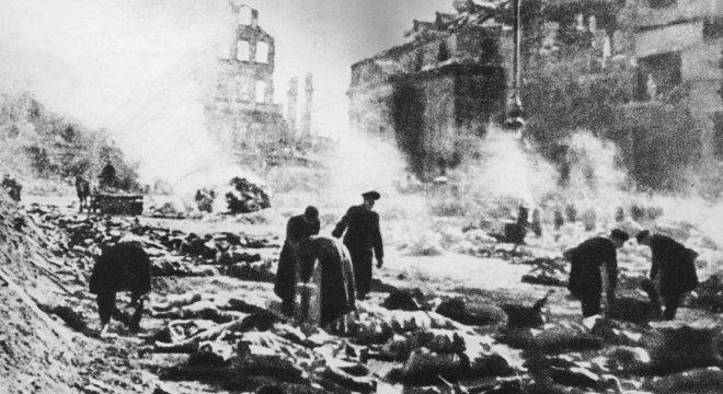 Milhares de pessoas morreram, algumas sufocadas pela tempestade de fogo
