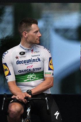 Corre por fora: Sam Bennet. O irlandês é o nome forte da equipe belga  Quick Step, considerada a que tem o time mais forte de velocistas.  Em 2020 ele venceu etapas em todas as provas que disputou. Pode ficar no topo do pódio em alguma etapa na França. Mas não é tão cotado para ser o dono da camisa verde.