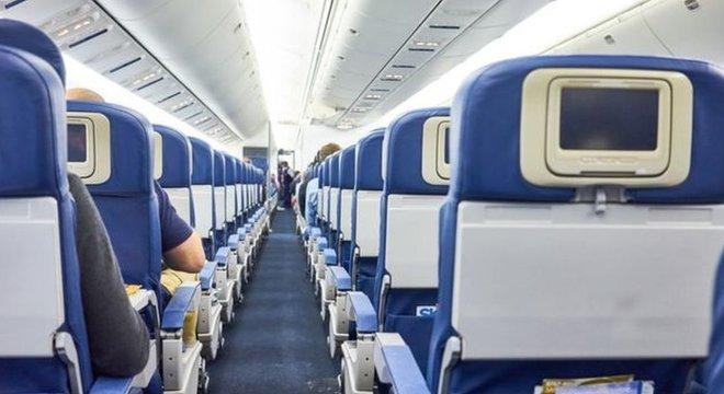 A mulher teve que se cobrir com um cobertor para embarcar no avião novamente