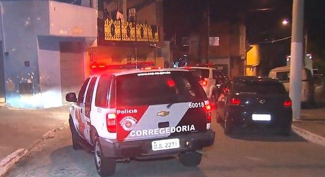 Equipes da Corregedoria circulam na rua em que cozinheiro é baleado