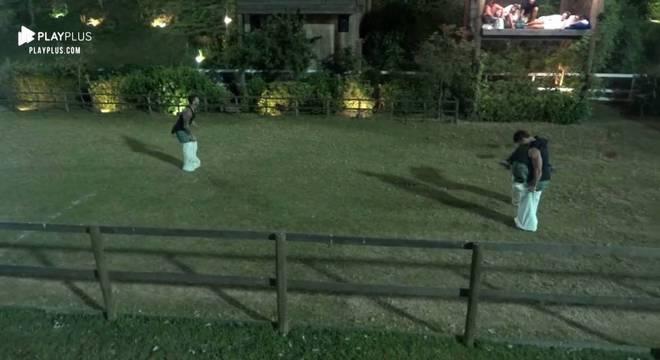 Os peões aproveitaram o tempo livre e fizeram uma corrida com sacos