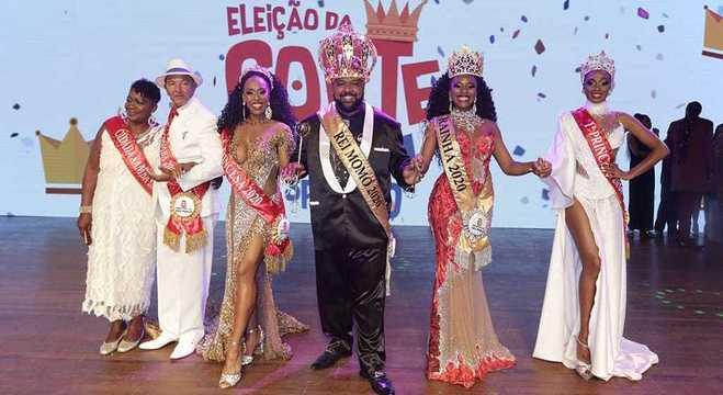 A corte completa, incluindo os cidadãos samba, princesas, rainha e Rei Momo