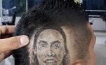 O Ronaldinho ficou mais parecido com o sósia do ex-craque, do que com ele mesmo.