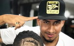O responsável pelo trabalho é o barbeiro e tatuador Isaza, que tem uma barbearia em Cali, na Colômbia. Cristiano Ronaldo é um dos cortes mais pedidos, quando o assunto é futebol. Tem o português em diferentes fases da carreira