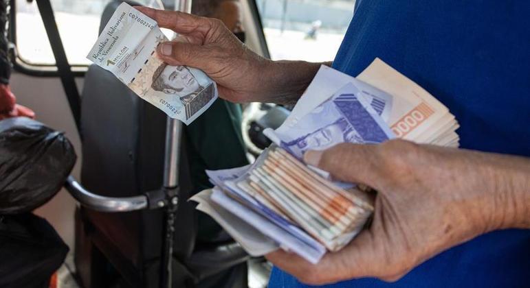 Venezuelanos precisar usar centenas de cédulas para utilizar serviços e fazer compras no dia a dia