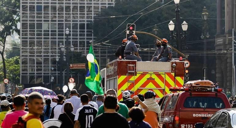 Cortejo de Bruno Covas percorre diversos pontos da cidade de São Paulo