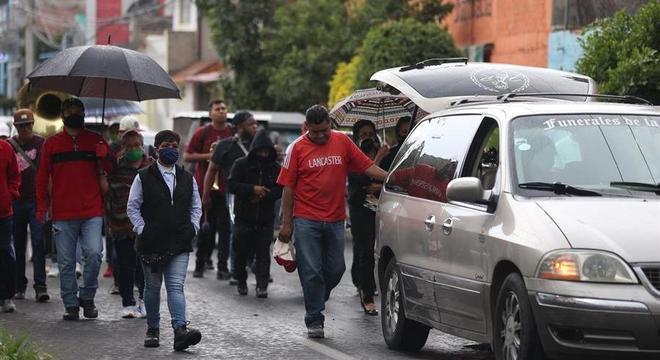 Cortejo em homenagem a Juan Pueblita passa pelas ruas de Tláhuac, no México