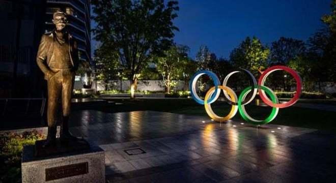 Coubertin e os anéis, à frente do Estádio Olímpico de Tóquio