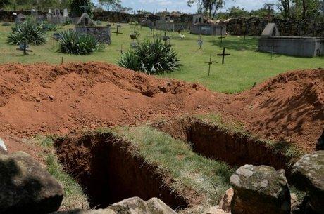 Covas abertas em cemitério de Brumadinho para vítimas do rompimento da barragem; normas técnicas obrigam instalação de alertas sonoros