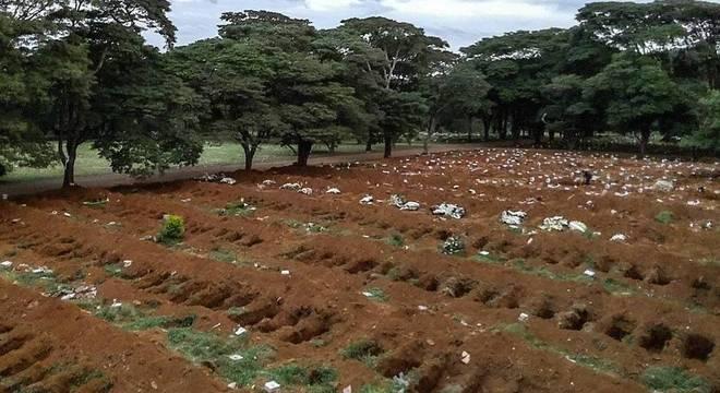 Com alta demanda, cemitério da Vila Formosa abre 90 covas por dia