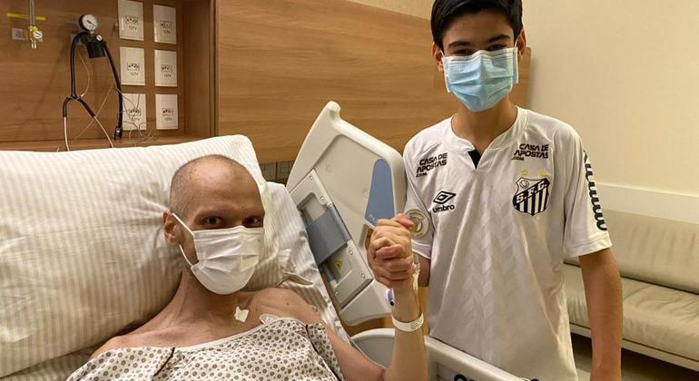 Tomás Covas, ao lado do pai, Bruno Covas, em quarto de hospital