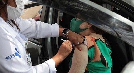 Vacinação em SP segue para idosos e linha de frente