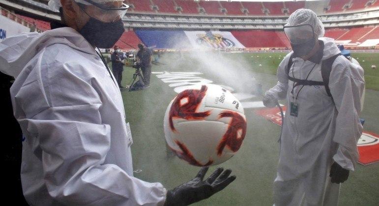 Protocolos de segurança, a higienização de uma bola