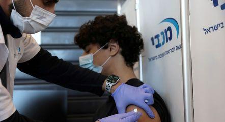 Inicialmente, jovens vão receber vacina da Pfizer