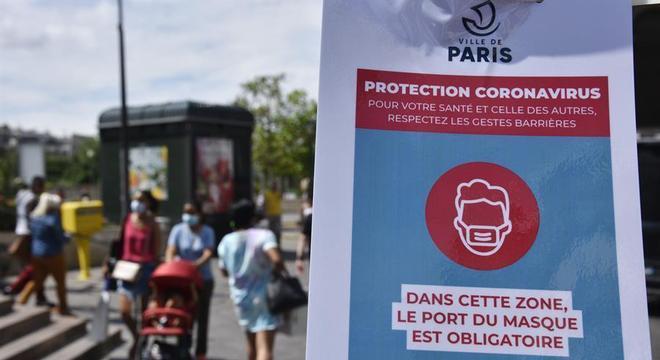 França registrou neste sábado (12) mais 10.561 casos de covid-19