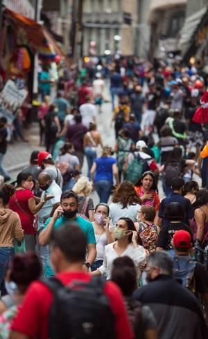 Movimentação na rua 25 de Março, em São Paulo