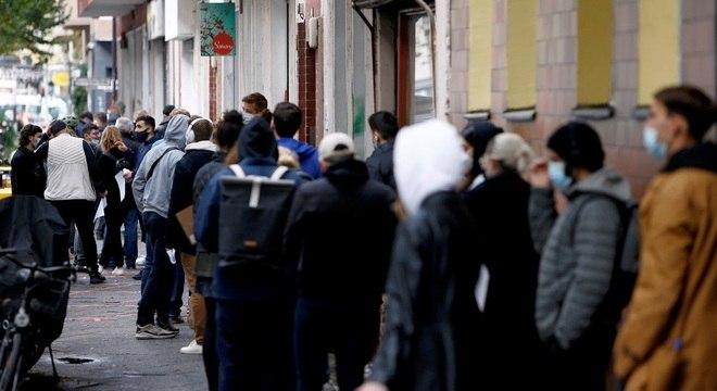 Alemães fazem fila em centro de testagem na capital, Berlim