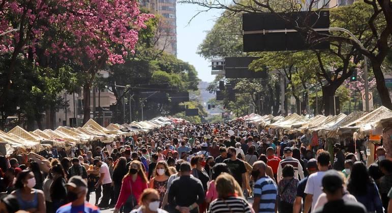 Movimentação em feira no centro de Belo Horizonte, no domingo (1º)