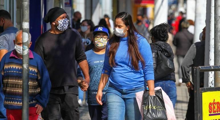 Pandemia retorna a patamares anteriores à segunda onda no Brasil