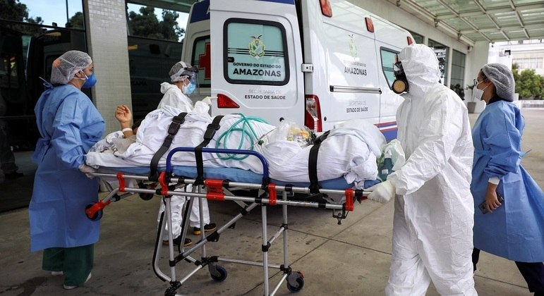 Explosão de casos e hospitalizações levou ao colapso sistema de saúde de Manaus (AM)