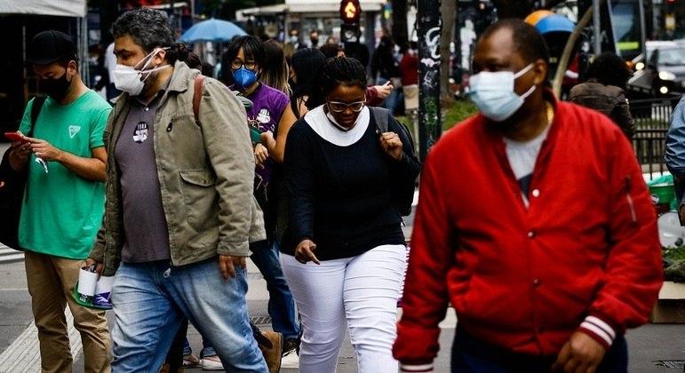 Curvas de casos e mortes seguem em queda no Brasil