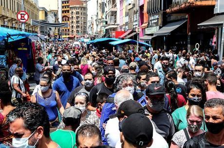 Brasil volta a ter alta de casos após semanas em queda