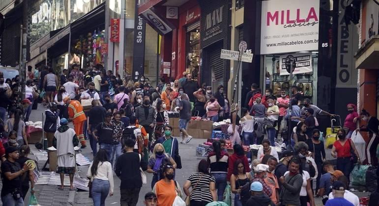 Curva de mortes por covid-19 se mantém em queda no Brasil