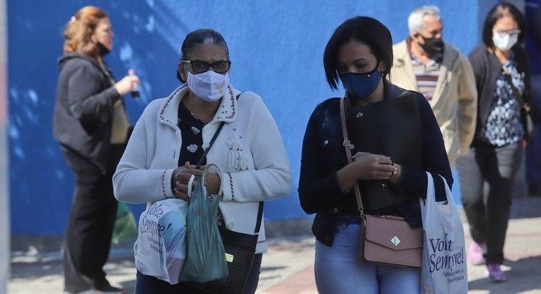 Brasil tem queda da média móvel diária de mortes