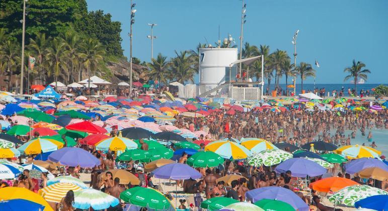 Apesar de nova variante  em circulação, maior parte do Brasil continua com vida normal
