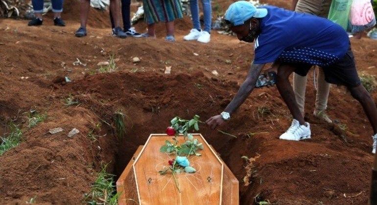 Em março, Brasil ultrapassou a marca de 300 mil mortes causadas pela covid-19