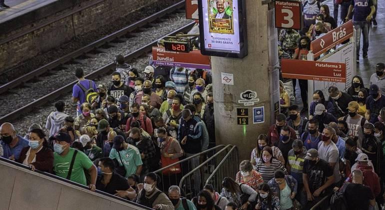 Movimento na manhã desta segunda-feira na estação Brás da CPTM, em São Paulo (SP)