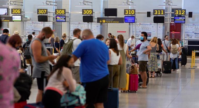 Ingleses que chegarem de países como França e Espanha não precisarão mais cumprir quarentena