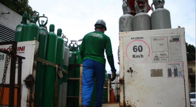 Caminhão com oxigênio é escoltado por seguranças em Manaus