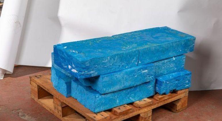 Plásticos são compactados em blocos