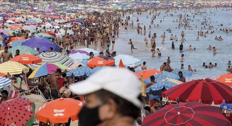 Aglomerações e pessoas sem máscara na praia do Leblon, no Rio de Janeiro, ontem